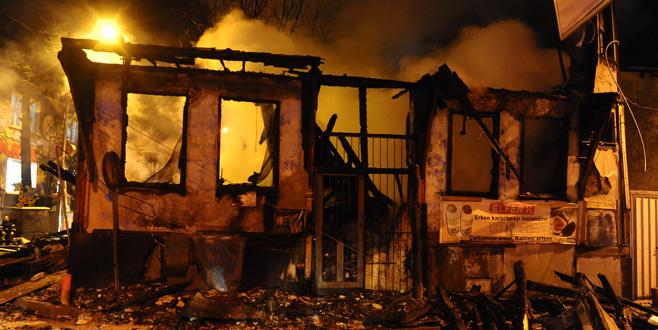 Bursa'da 2 katlı tarihi ahşap bina alev alev yandı