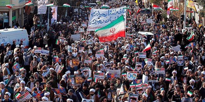 İran'da on binlerce kişi sokakta
