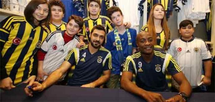 Fenerbahçeli futbolcular taraftarlara imza dağıttı