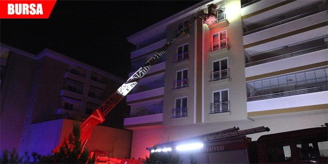 Yangında mahsur kalan aileleri itfaiye kurtardı