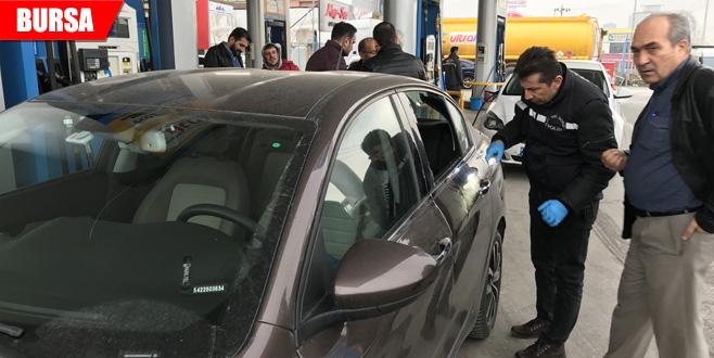 Otomobilin camını kırıp 2 kilo altını çaldılar