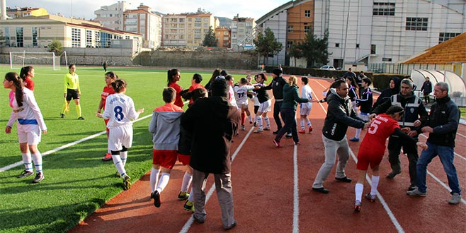 Kadın futbolcuları kavgası tatil getirdi