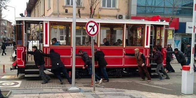 Bozulan tramvayı yolcular itti