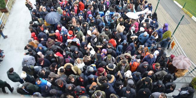 Bursa'da metrelerce kuyruk oluştu! Herkes oraya akın etti