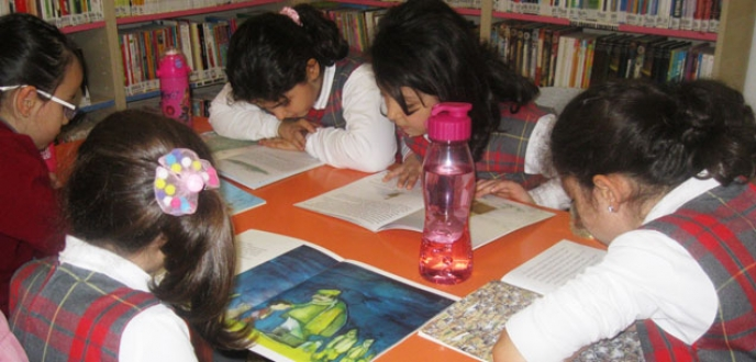 Kütüphanede hem oynuyor, hem kitap okuyorlar