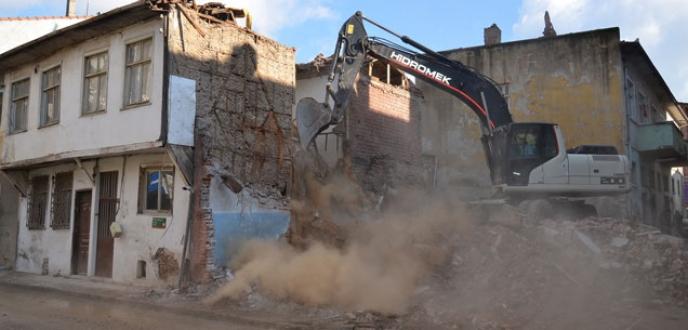 Açık otopark ve meydan için yıkımlar başladı