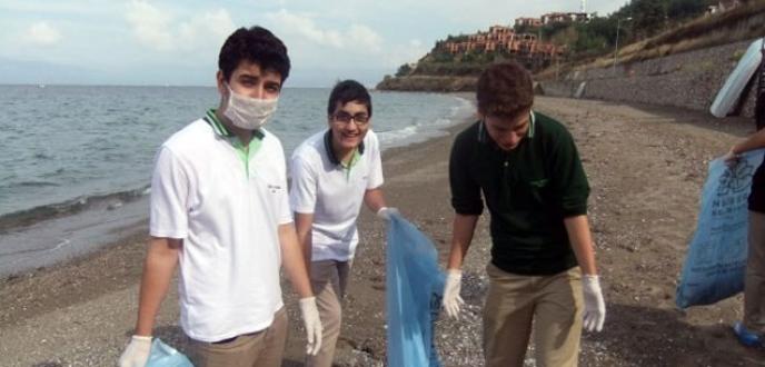 Öğrenciler sahili temizledi