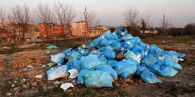 Bursa'da mahalleye dökülen tıbbı atıklar tehlike saçıyor