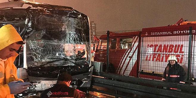 Metrobüs duraktaki araca çarptı: 22 yaralı