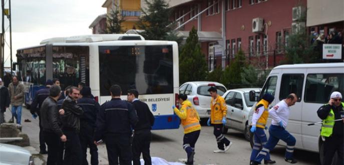 Okul önünde belediye otobüsü dehşeti