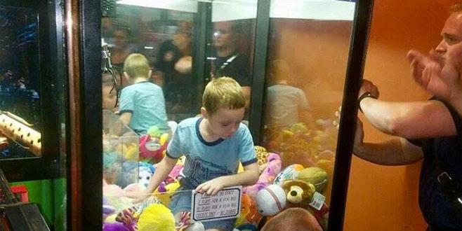 Oyuncak makinesinde mahsur kaldı