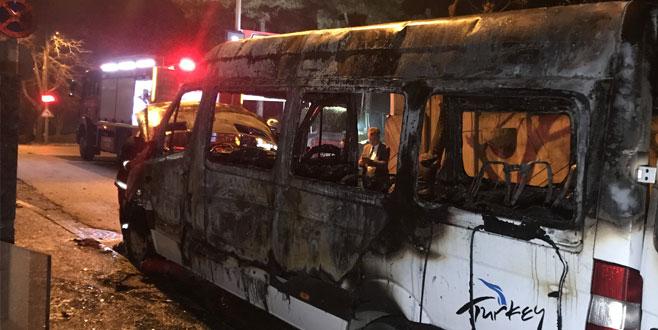 Turist taşıyan minibüs, alevlere teslim oldu