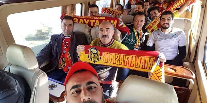 Yolda gördükleri Bursaspor taraftarını araçlarına aldılar