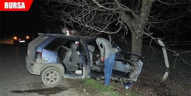 Otomobil ağaca çarptı: Ölü ve yaralı var