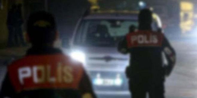 Polis gibi yolu kapatıp uygulama yaparken yakalandılar