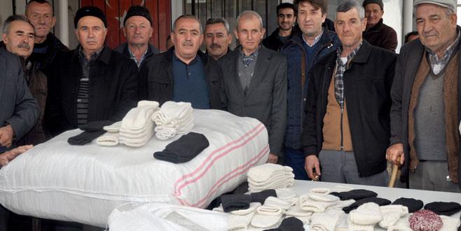 Bursa'nın 'çorap ören erkekler'i Afrin'deki askerler için ilmek attı