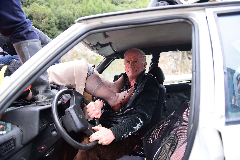 Bursa'da korkunç kaza! Otomobilin ön camından kaputa fırladı