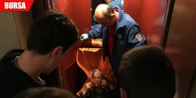 Asansöre sığmadı! 7 kişi zor indirdi