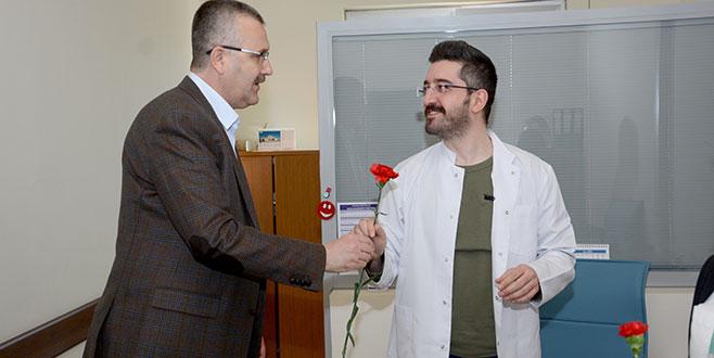 Özkan'dan sağlık personeline kutlama