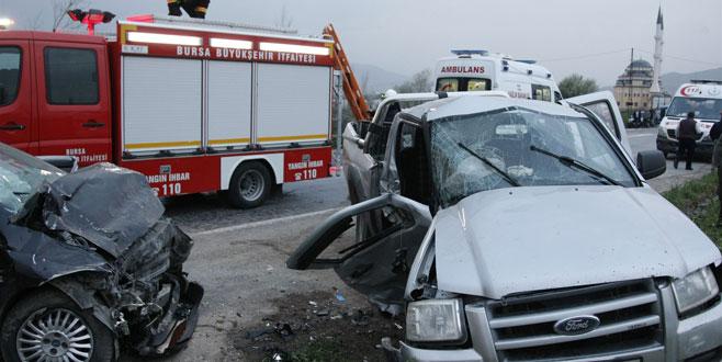 Bursa'da kamyonetle otomobil çarpıştı: 1 ölü, 7 yaralı