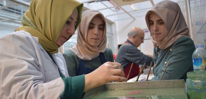 İkizlerin Üsküp'ten Bursa'ya 'ebru' yolculuğu