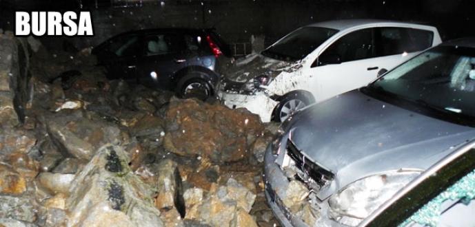 Sitenin istinat duvarı çöktü, 8 araç altında kaldı