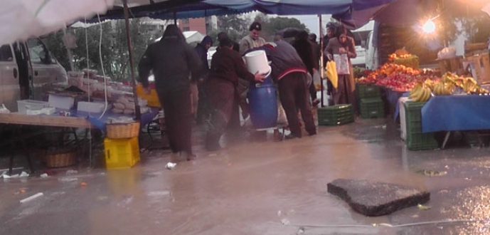 Bursa'da pazar yerini su bastı!