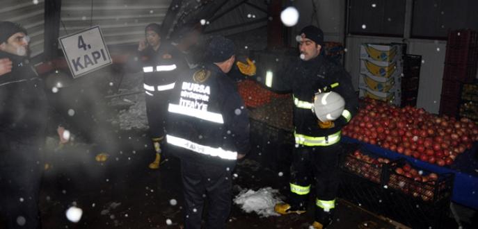 Bursa'da pazaryerinin çatısı çöktü