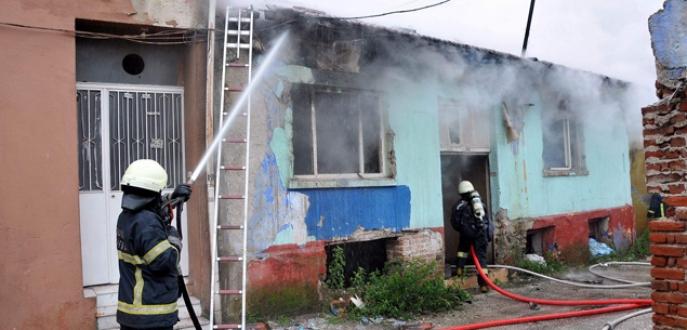 Bursa'da madde bağımlıları ev yaktı