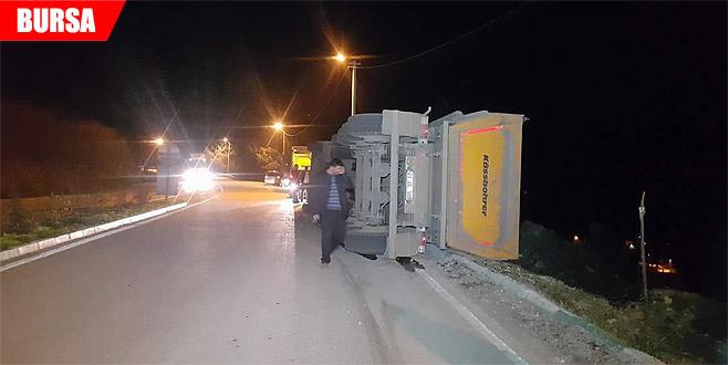 Kömür yüklü kamyon yan yattı