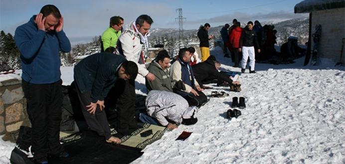 -5 derecede kar üstünde Cuma namazı