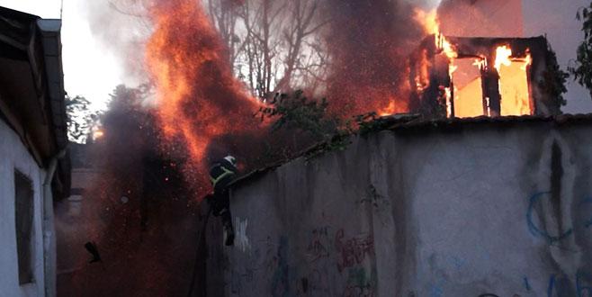 Bursa'da çıkan yangında İtfaiye eri son anda kurtuldu