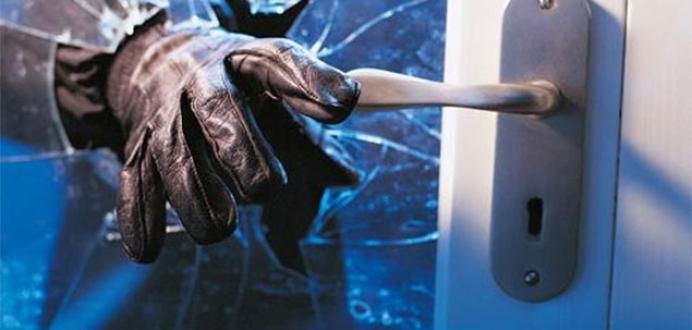 Hırsızlar, uykudaki adamın işitme cihazını çaldı