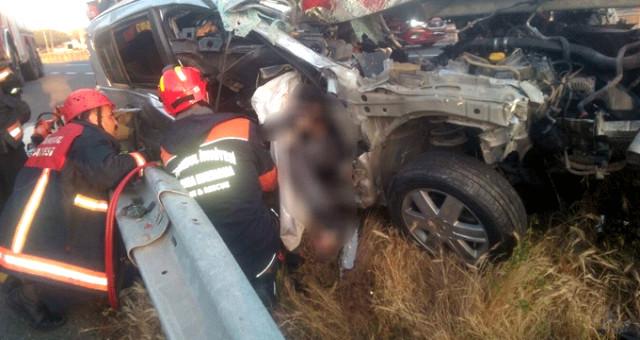 Feci Kaza! Otomobil bariyerlere saplandı, cansız bedeni araçta sıkıştı