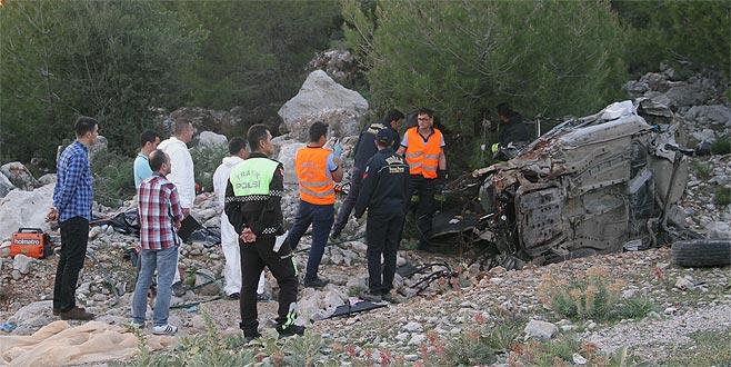 Otostop yaparak bindikleri otomobil kaza yaptı: 2 ölü, 1 yaralı