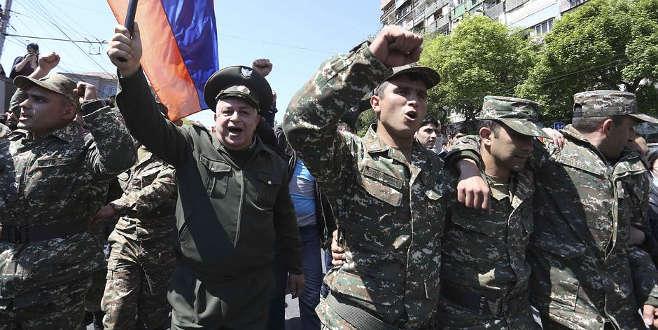 Ermenistan'da sıcak saatler! Protestolara askerler de katıldı!