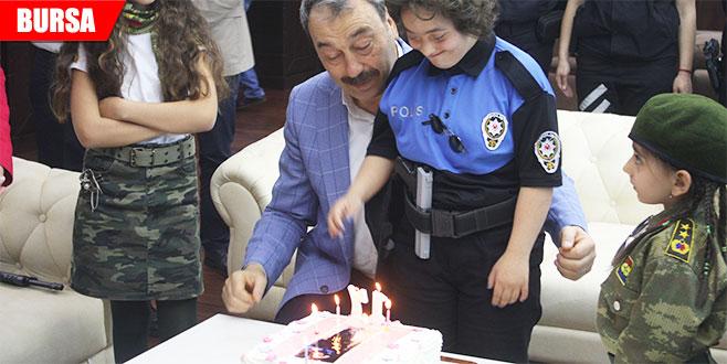 Emniyet müdüründen engelli kıza doğum günü sürprizi