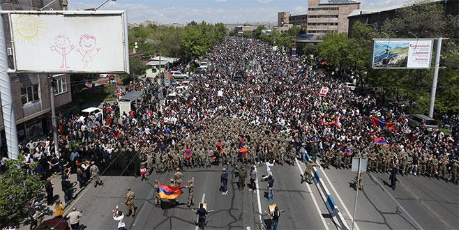 Askerler sokağa çıktı, Başbakan istifa etti