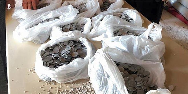 Taşı çektiler, yere binlerce para döküldü!