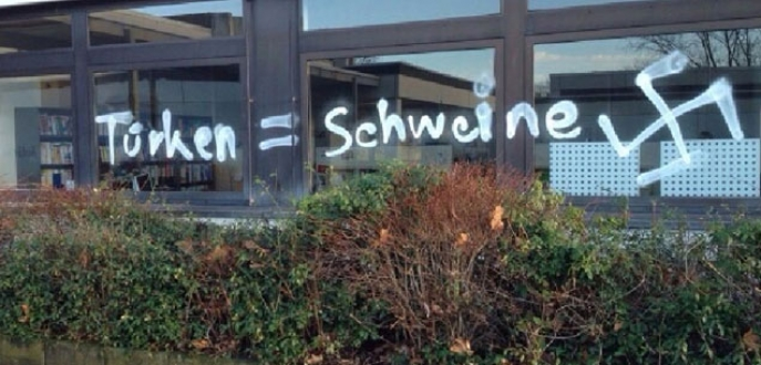 Okul duvarlarına ırkçı yazı yazıldı