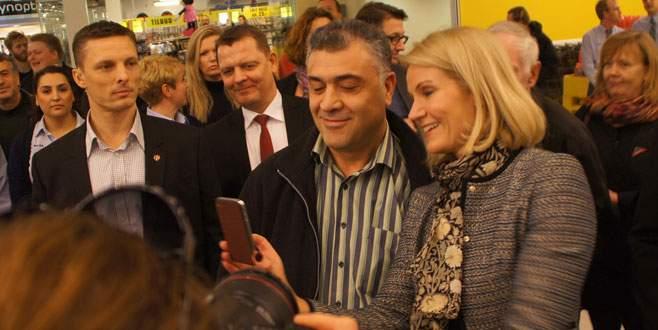 Başbakan Türklerle  selfie çektirdi
