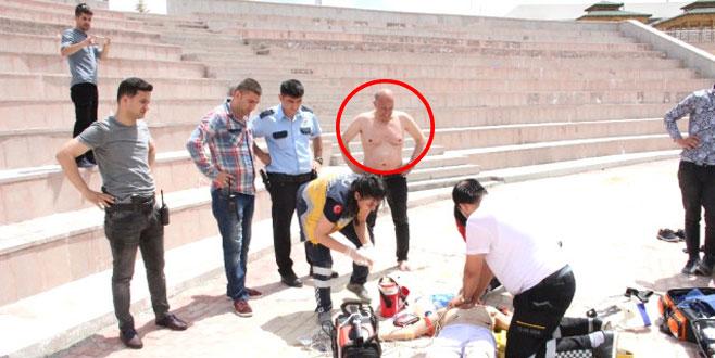 Belediye Başkanı havuzda çırpınan genci görünce hemen suya atladı