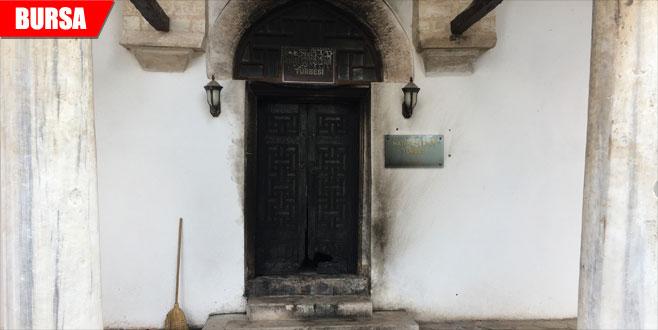 Tarihe büyük ayıp! Türbe kapısını yaktılar