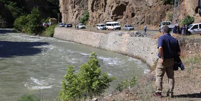 Otomobil nehre düştü: 2 ölü, 1 kayıp