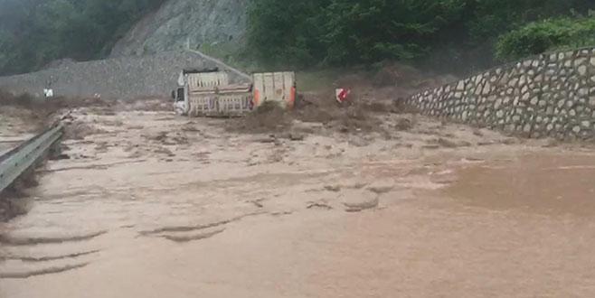 Bursa'da sel ve heyelan yol kapattı