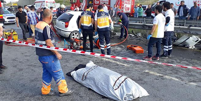 Otomobil temizlik aracına çarptı: 3 ölü