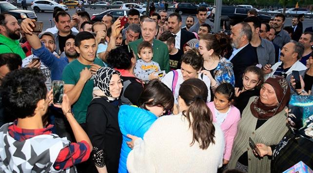 Cumhurbaşkanı Erdoğan iftarı bekleyen vatandaşlarla sohbet etti