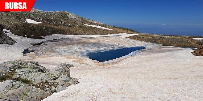 Düşen çığ, gölü buza çevirdi