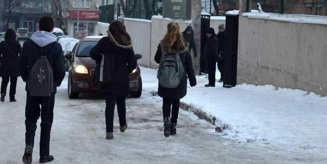 Öğrenciler 2 günlük tatilden sonra okulun yolunu tuttular