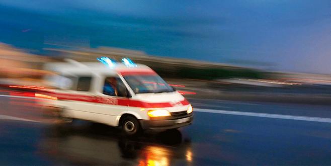 Otomobil elektrik direğine çarptı: 3 ölü